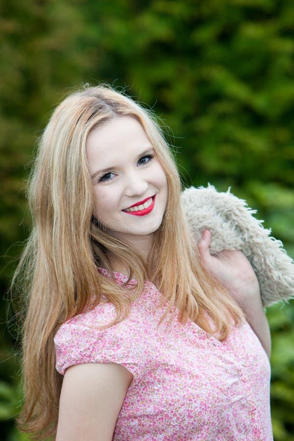 Adolescente bonito com um sorriso encantador fotografia de stock