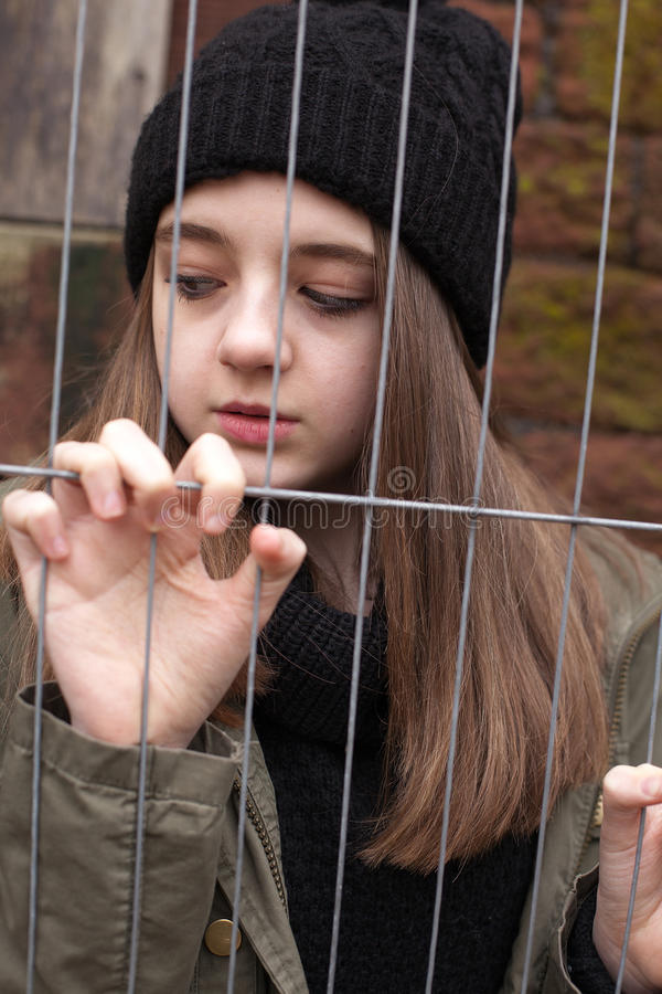 Adolescente bonito em um ajuste urbano foto de stock