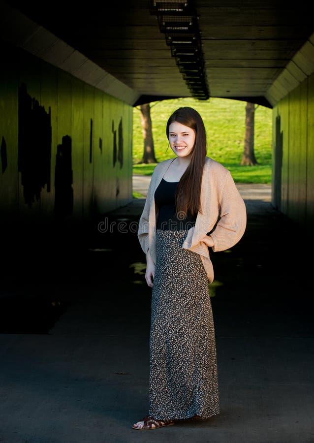 Adolescente bonito en el extremo de un túnel fotos de archivo