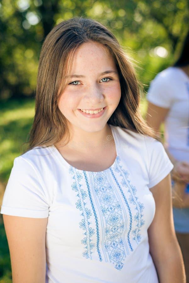 Adolescente bonito joven que se divierte en verano verde al aire libre imagenes de archivo