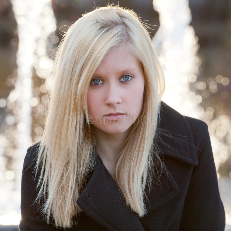 Adolescente bonito na frente das fontes foto de stock royalty free