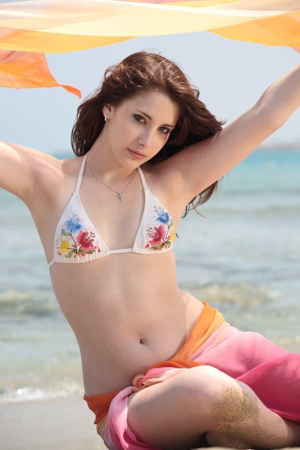 Adolescente bonito na praia foto de stock
