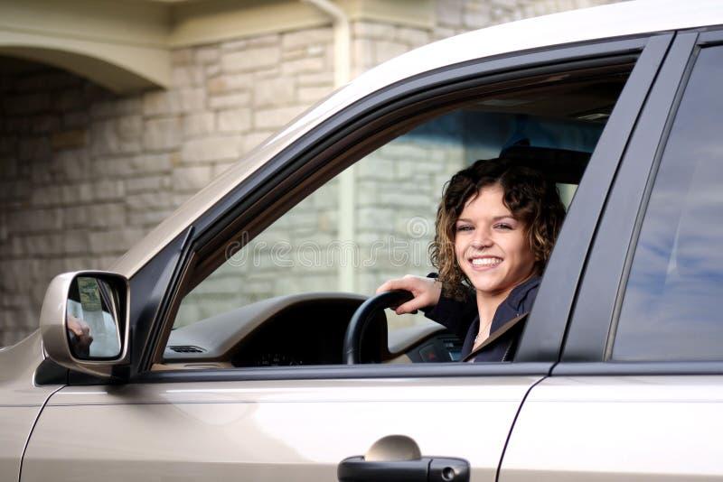 Adolescente bonito no carro fotos de stock royalty free