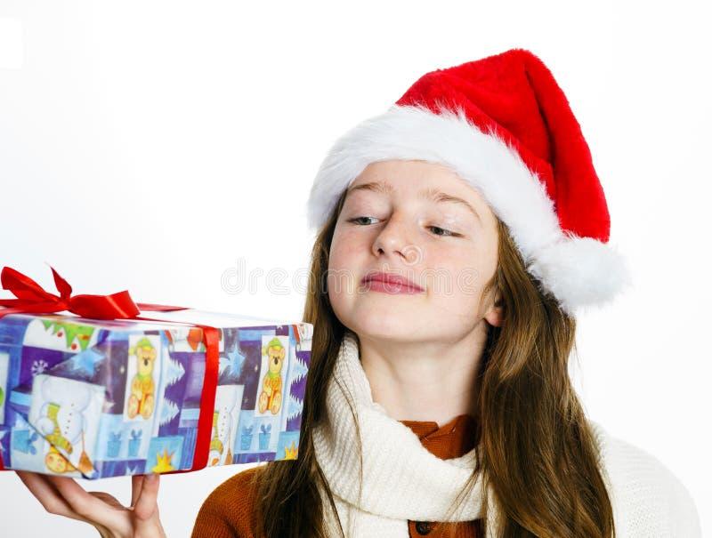 Adolescente bonito no chapéu vermelho de Santa com caixa de presente imagem de stock