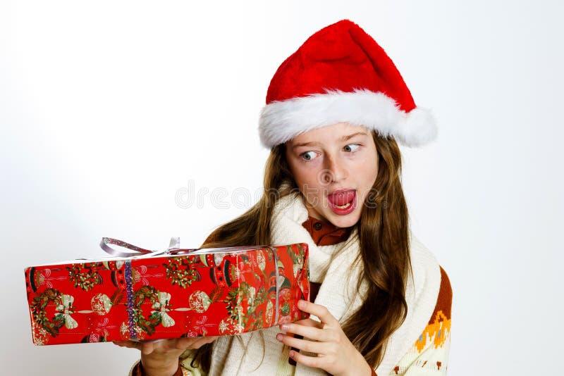 Adolescente bonito no chapéu vermelho de Santa com caixa de presente imagem de stock royalty free