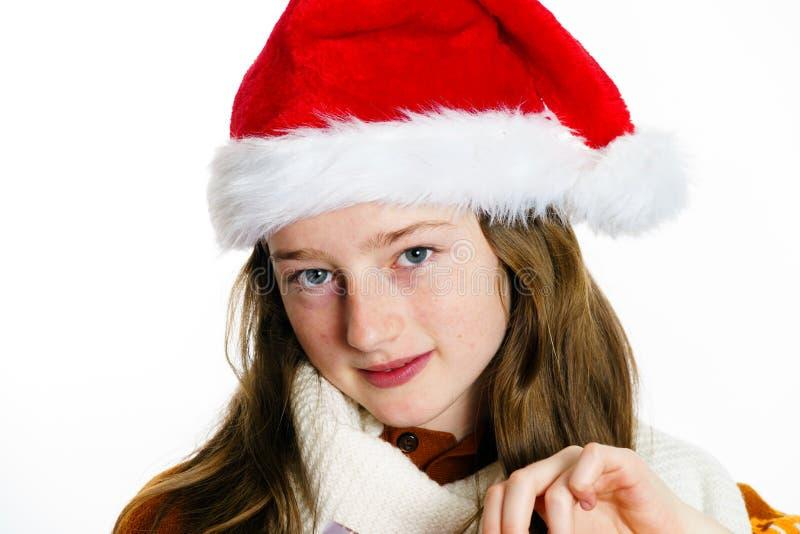 Adolescente bonito no chapéu vermelho de Santa com caixa de presente imagens de stock