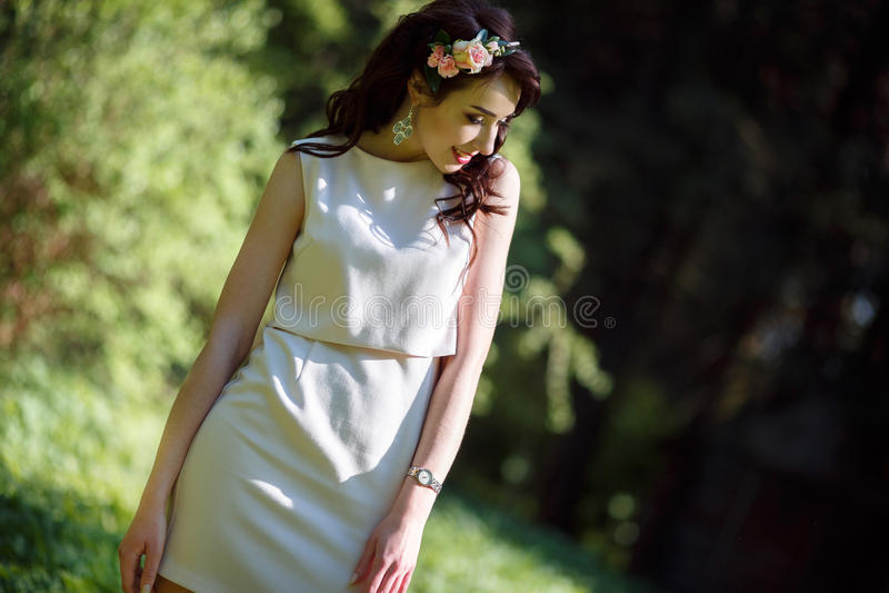 Adolescente bonito no parque