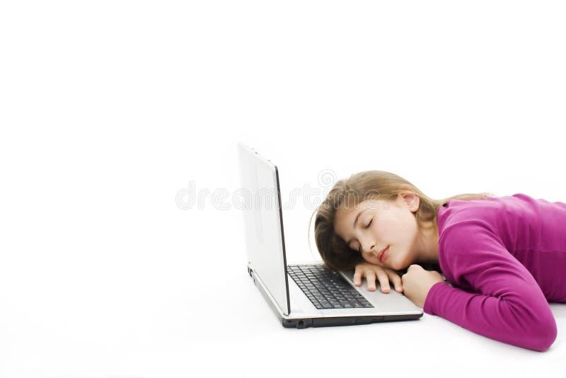 Adolescente bonito que dorme em seu computador portátil fotos de stock