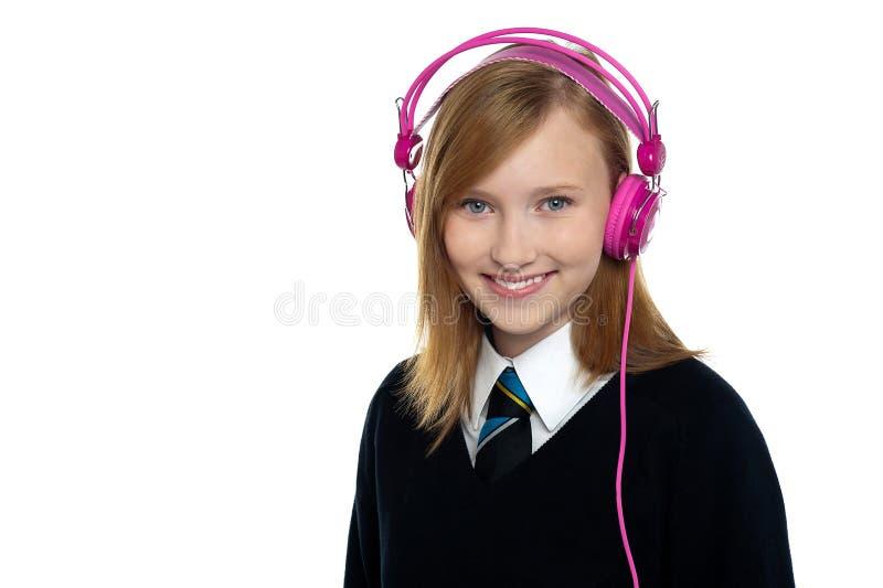 Adolescente bonito que escuta a música imagem de stock