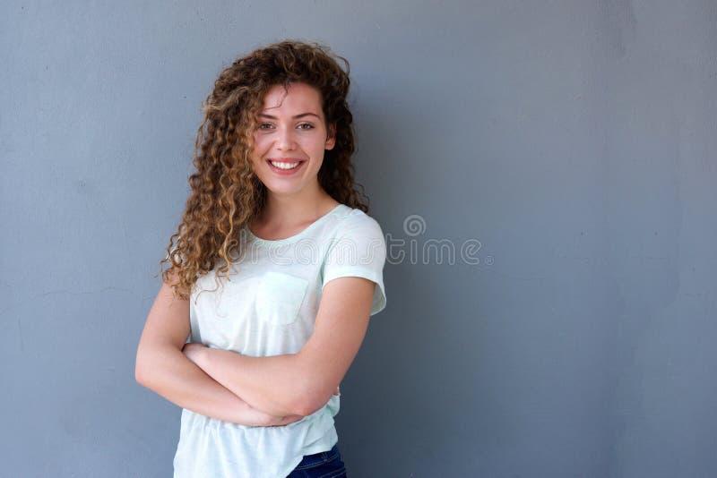 Adolescente bonito que está com os braços cruzados e o sorriso imagens de stock