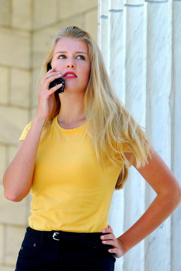 Adolescente bonito que fala no telefone de pilha. fotografia de stock