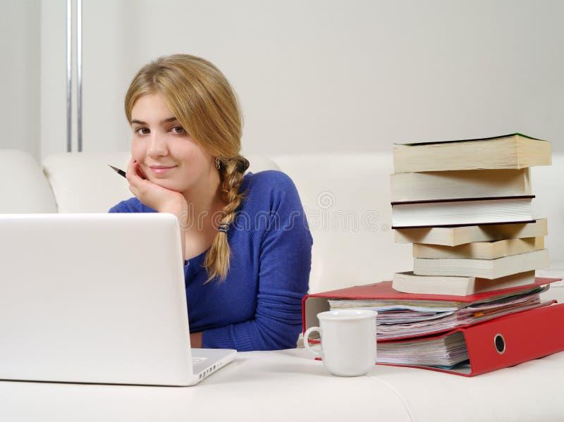 Adolescente bonito que faz trabalhos de casa imagens de stock
