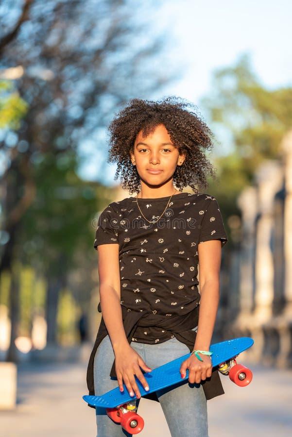 Adolescente bonito que tem o ar livre do divertimento imagens de stock royalty free