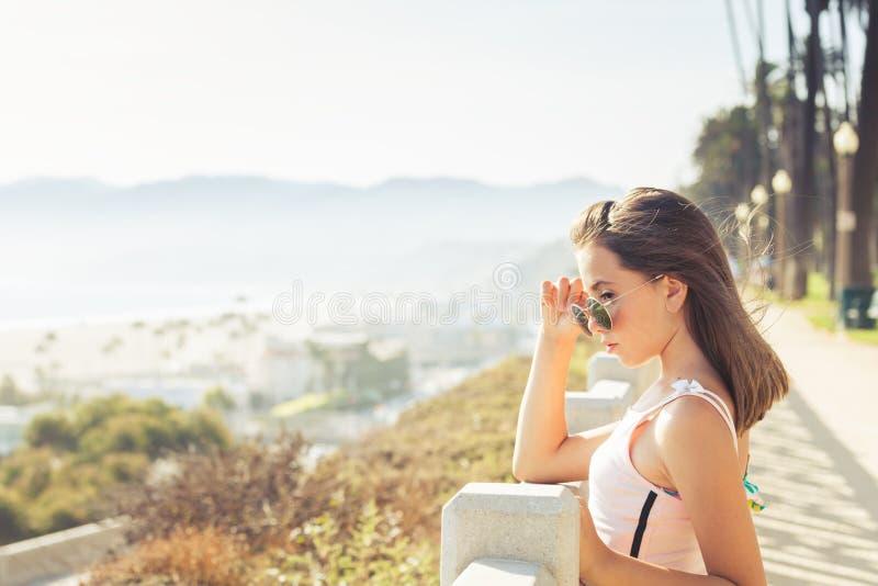Adolescente caucasiano fêmea pensativo em Santa Monica fotos de stock