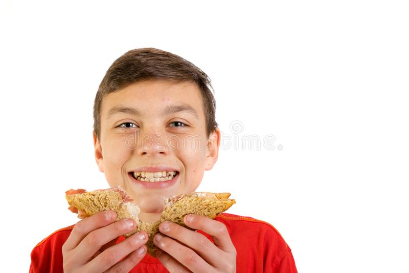Adolescente caucasiano novo com um sanduíche imagens de stock