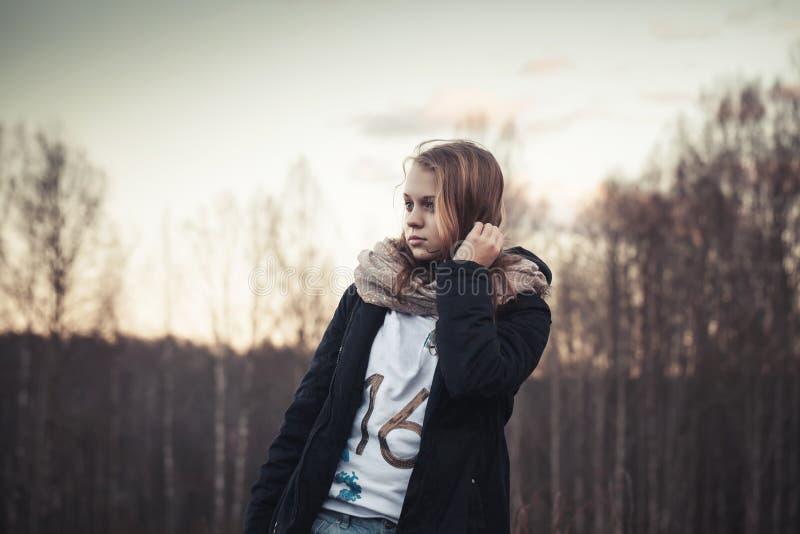 Adolescente caucasico in una foresta della molla, filtro da seppia immagini stock libere da diritti