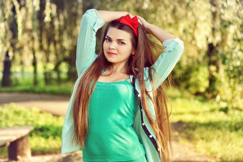 Adolescente caucasienne heureuse avec de longs cheveux dehors photographie stock