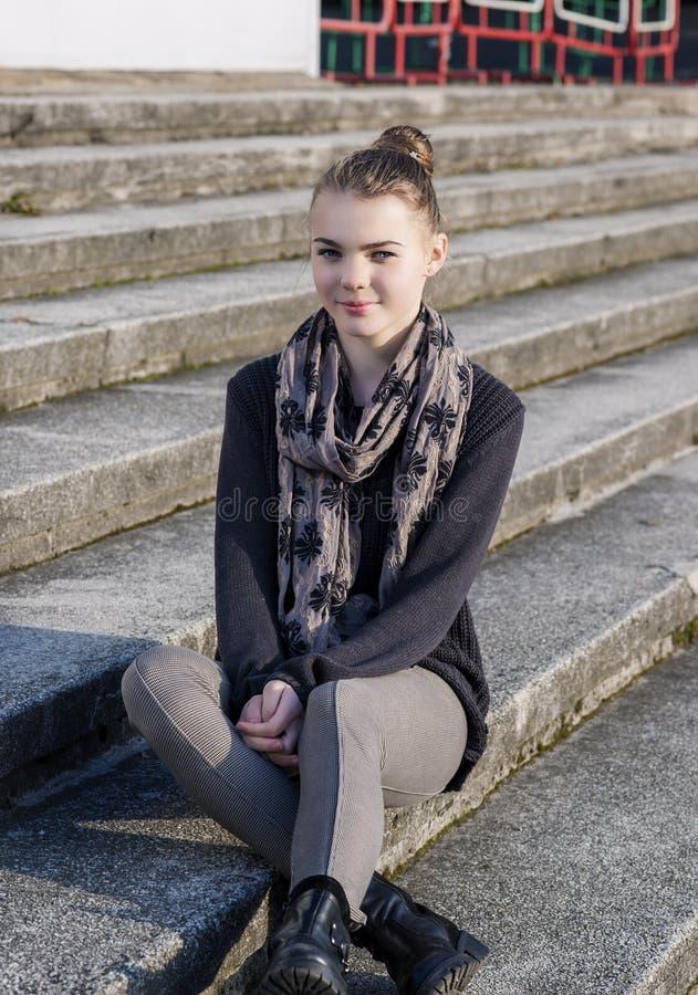 Adolescente caucasienne mignonne et de beauté posant dehors sur des escaliers images stock