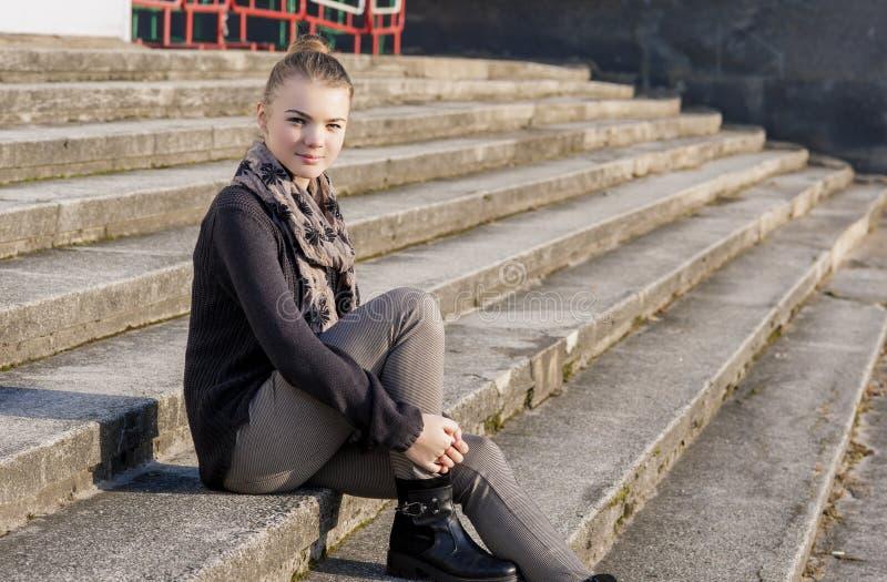 Adolescente caucasienne mignonne et de beauté posant dehors sur des escaliers photo stock