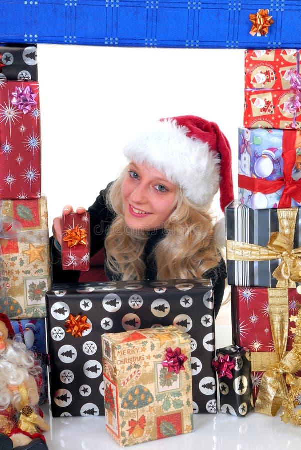 Adolescente cercado em presentes do xmas foto de stock royalty free
