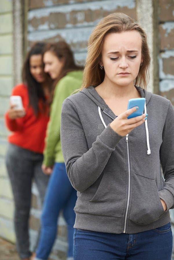 Adolescente che è oppresso dal messaggio di testo fotografie stock libere da diritti