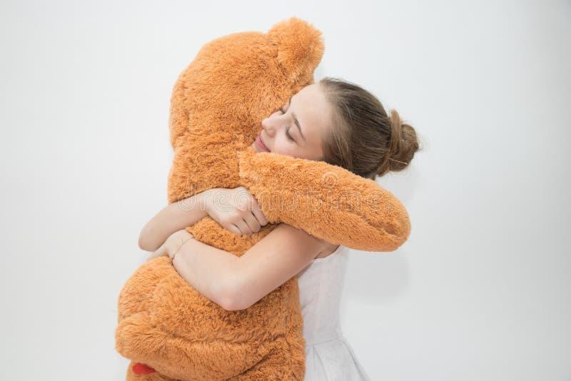 Adolescente che abbraccia un orsacchiotto fotografie stock libere da diritti
