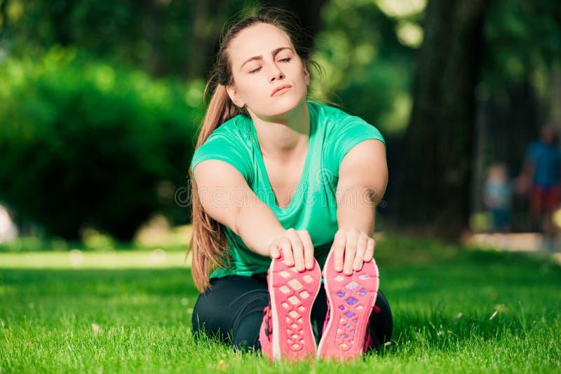 Adolescente che allunga sull'erba immagini stock