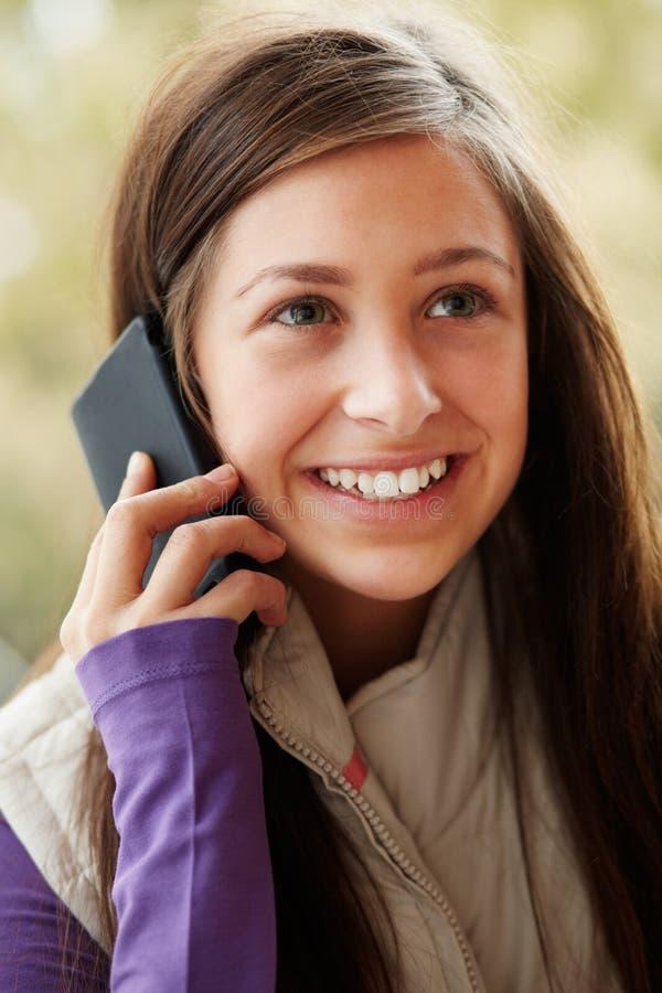Adolescente che comunica su Smartphone fotografia stock
