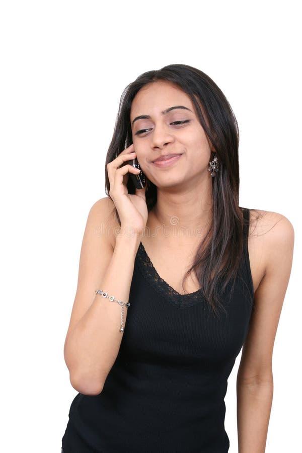 Adolescente che comunica sul telefono fotografie stock
