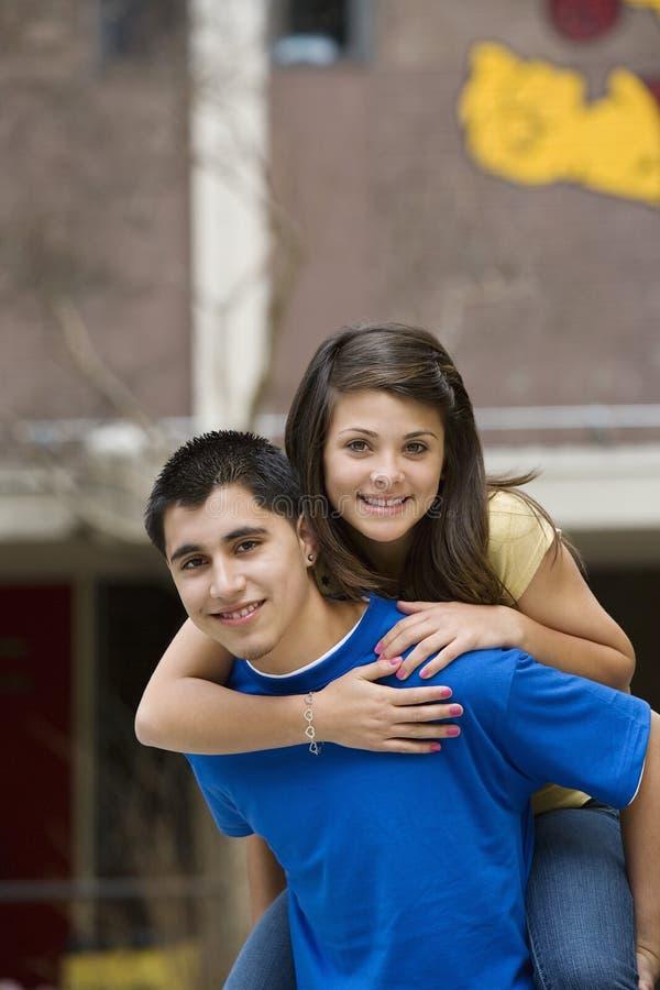 Adolescente che dà giro di a due vie dell'amica fotografia stock