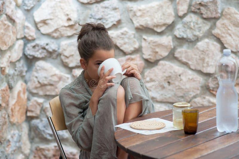 Adolescente che fa prima colazione fotografia stock libera da diritti