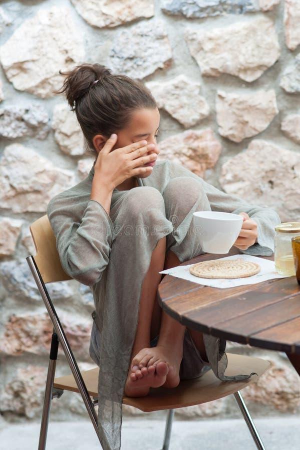 Adolescente che fa prima colazione fotografia stock