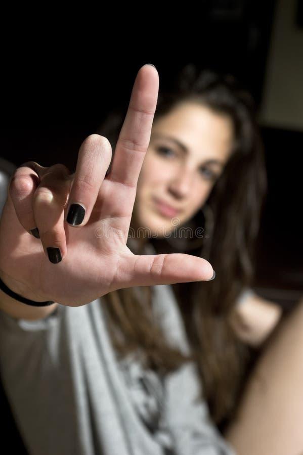 Adolescente che fa gesturing del perdente fotografie stock libere da diritti