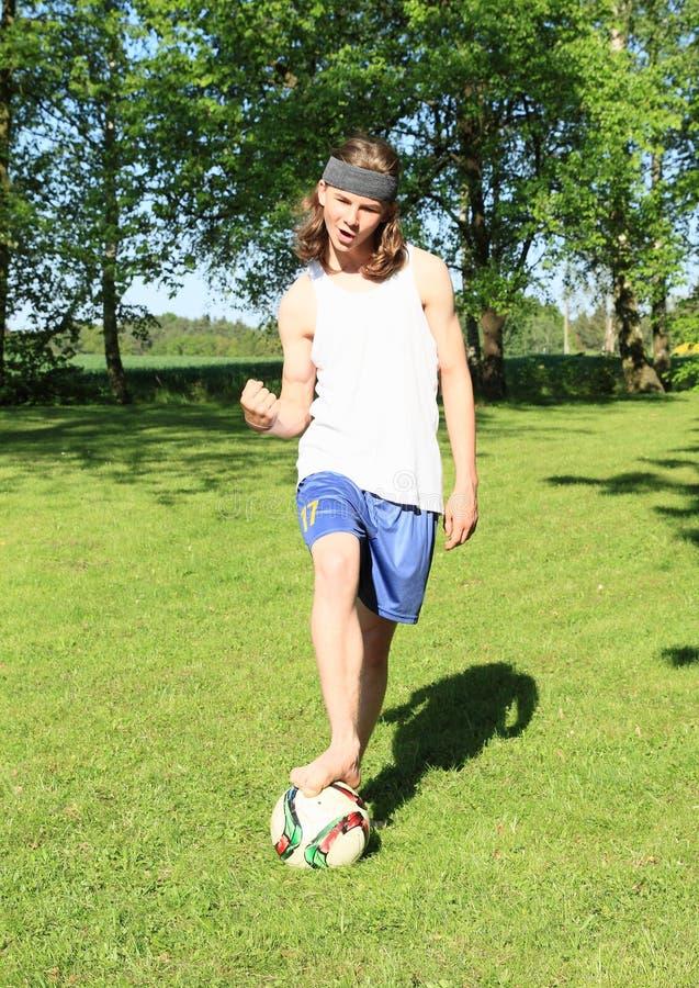 Adolescente che gioca a calcio - vincitore immagini stock libere da diritti