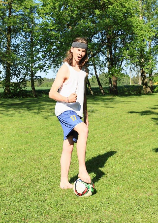 Adolescente che gioca a calcio - vincitore fotografia stock libera da diritti