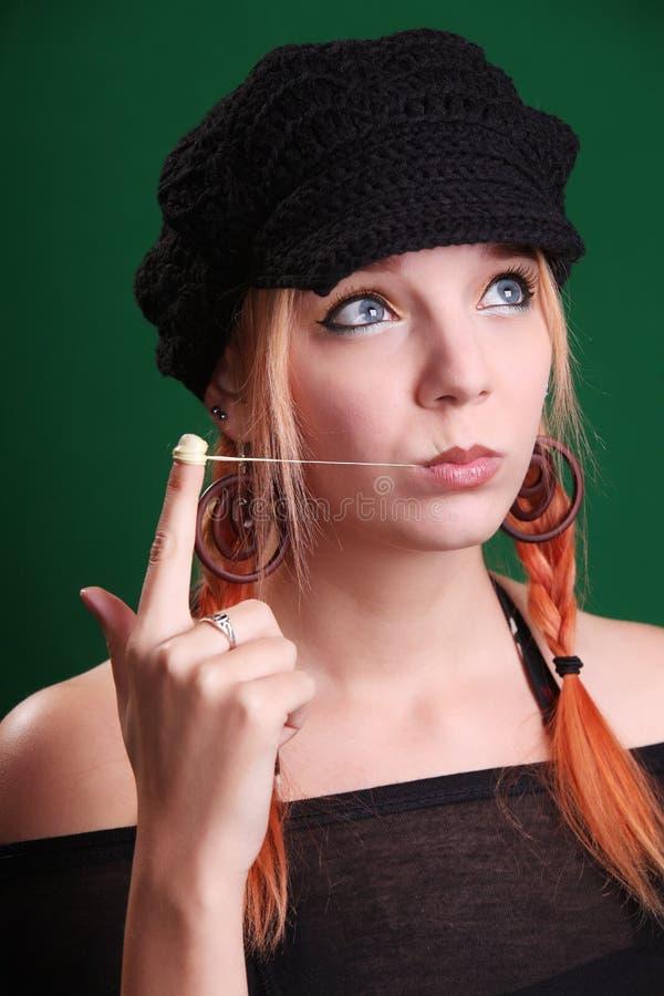 Adolescente che gioca con una gomma da masticare immagine stock libera da diritti