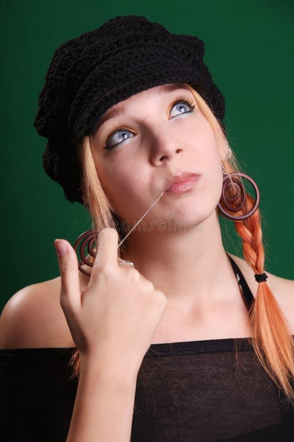 Adolescente che gioca con una gomma da masticare fotografia stock