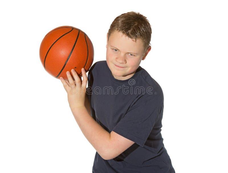 Adolescente che gioca con una pallacanestro fotografia stock libera da diritti