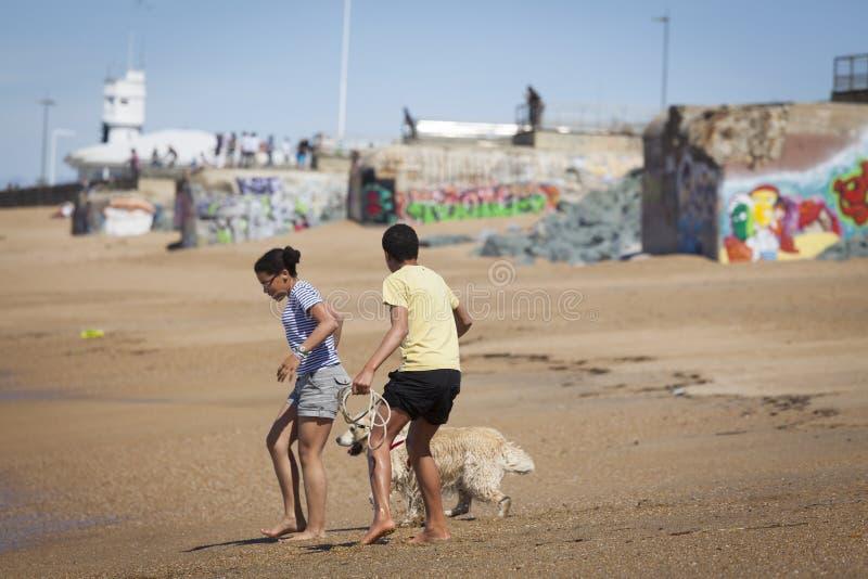 Adolescente che gioca sulla spiaggia fotografie stock libere da diritti