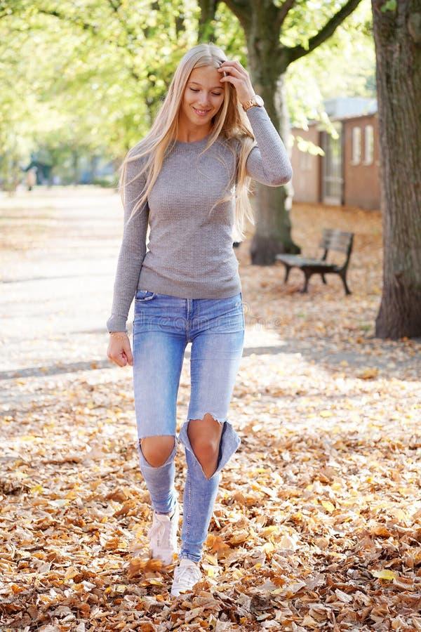 Adolescente che gode della passeggiata il giorno soleggiato in autunno immagine stock
