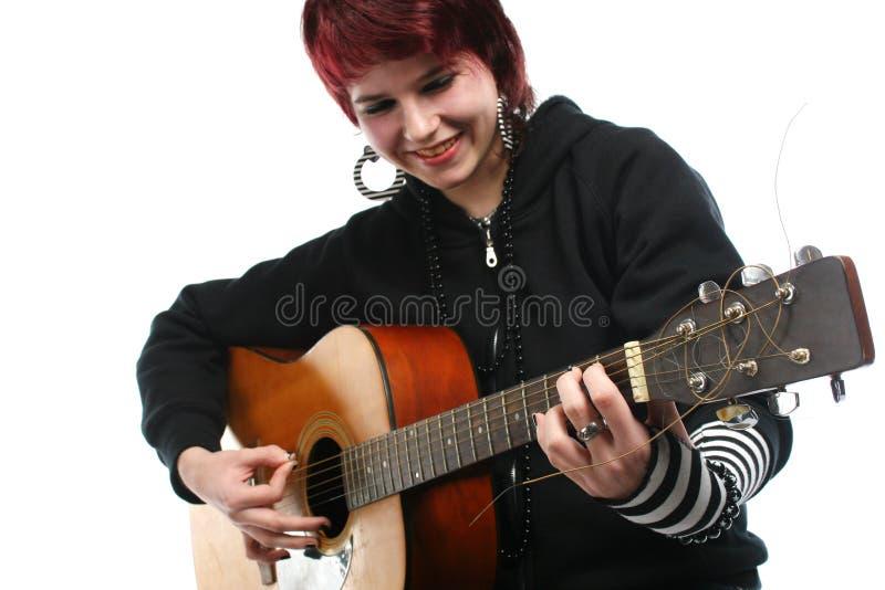 Adolescente che impara giocare chitarra immagine stock libera da diritti