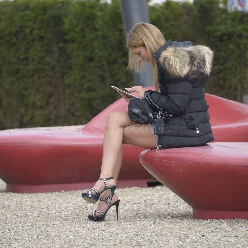 Adolescente che legge il suo email fotografia stock