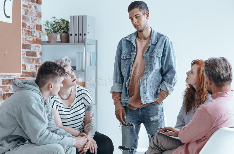 Adolescente che parla ad un gruppo fotografie stock