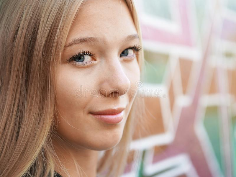 Adolescente che pende contro la parete dei graffiti fotografie stock libere da diritti