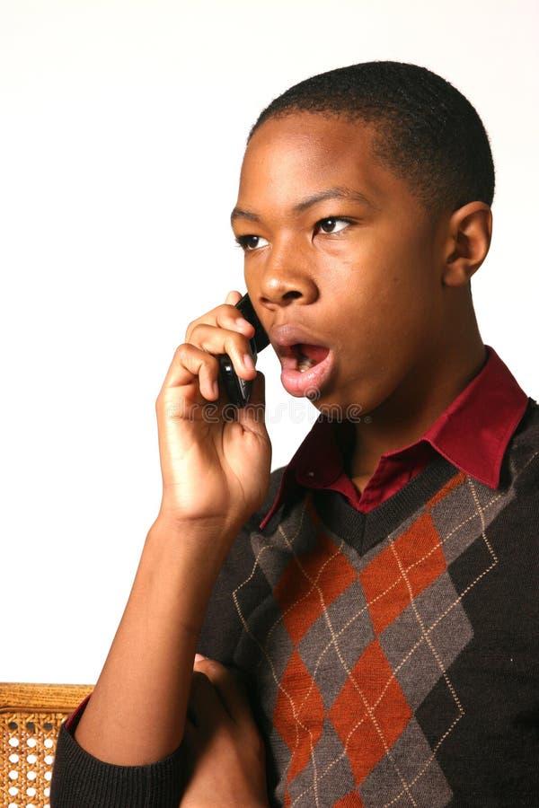 Adolescente che per mezzo del telefono delle cellule fotografie stock