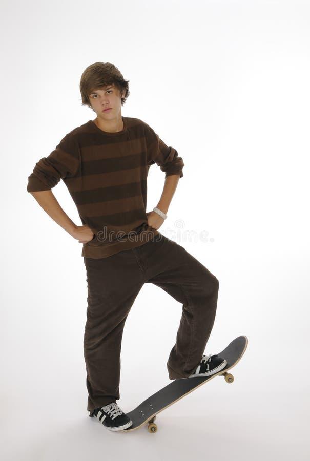Adolescente che si leva in piedi sul pattino fotografie stock