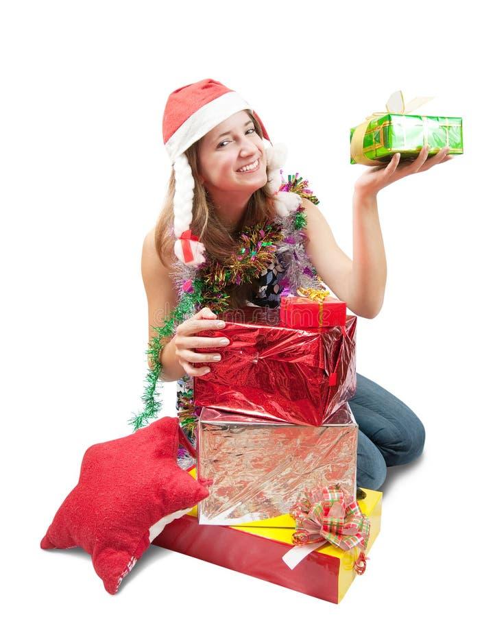Adolescente che si siede con i regali di natale immagine stock