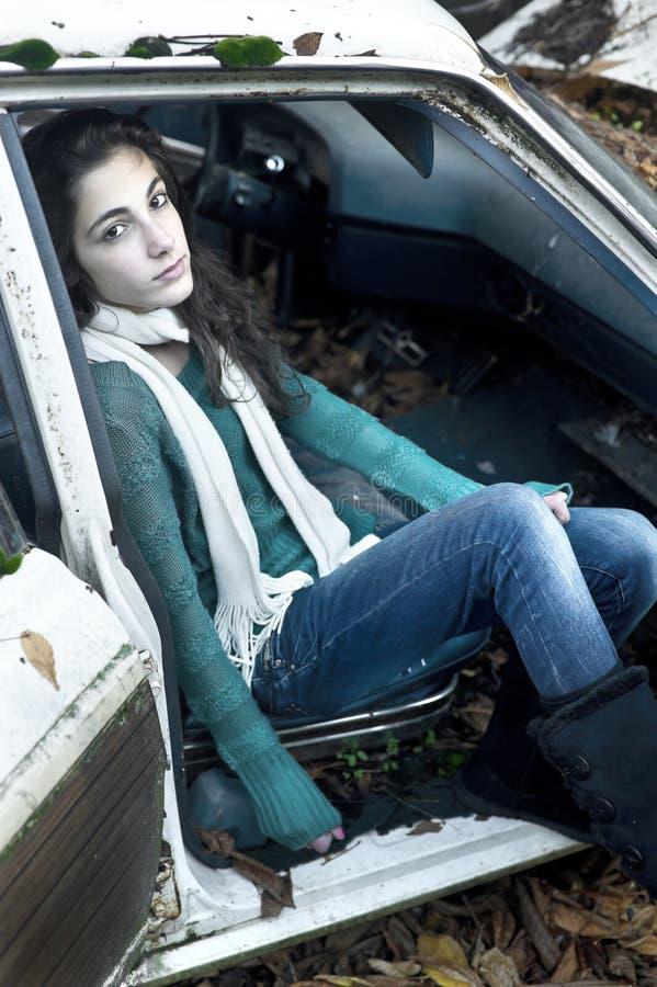 Adolescente che si siede in un'automobile fotografie stock