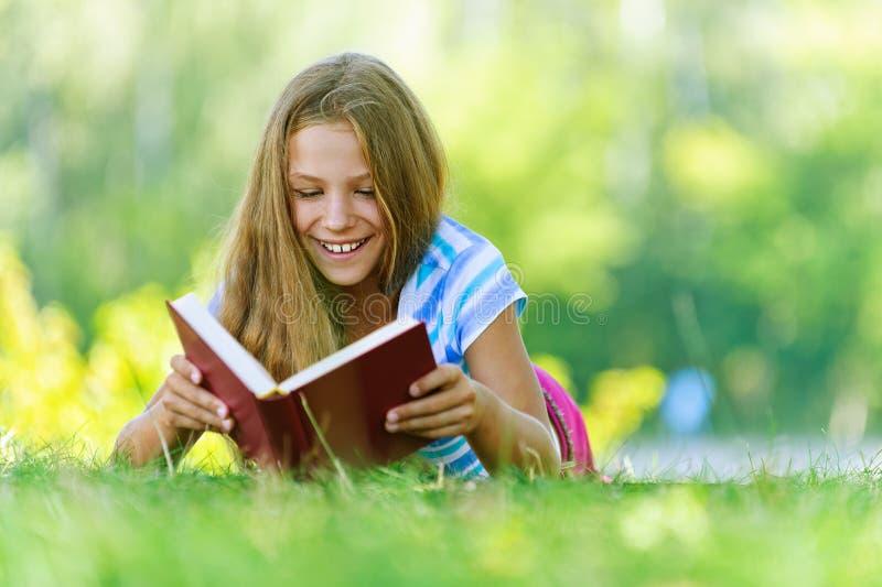Adolescente che si trova sull'erba immagine stock libera da diritti