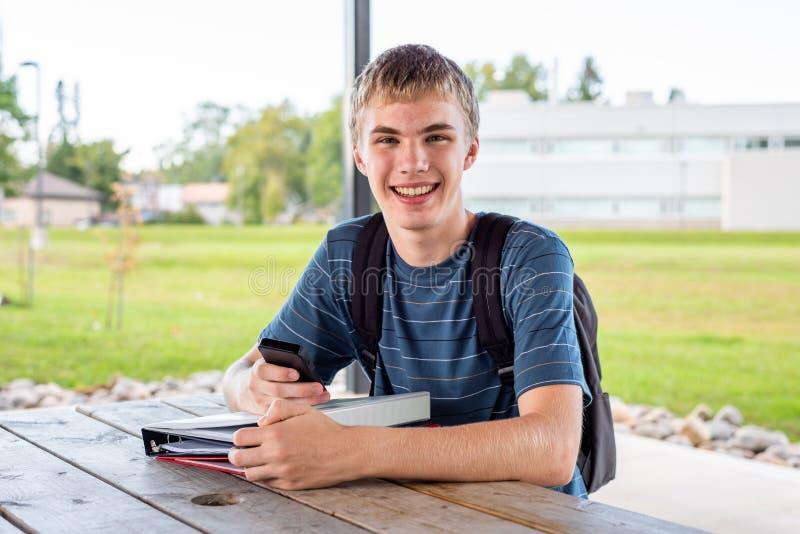 Adolescente che studia all'aperto in un parco fotografie stock